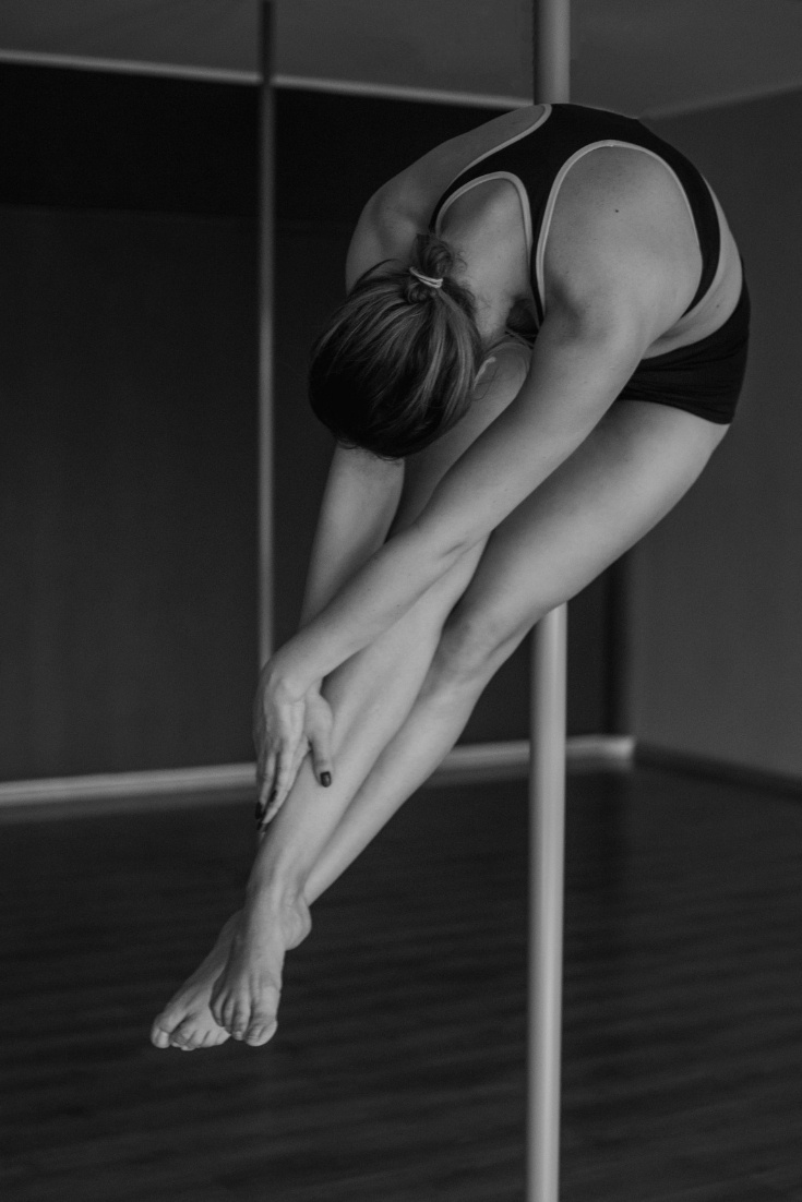 Pole dance photo shoot - pole crunch